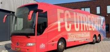 Dertig Goudse kleuters en spelersbus FC Utrecht stranden in Mijnsheerenland