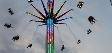 Kermis met veertig meter hoge zweeftoren