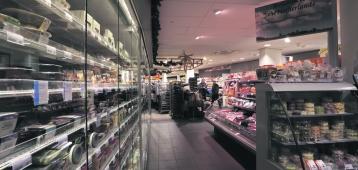 Bruidspaar mag één minuut gratis winkelen bij Albert Heijn aan de Markt